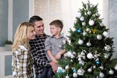 父母家庭在家见面新年 免版税库存图片