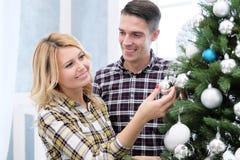 父母家庭在家见面新年 库存照片
