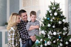 父母家庭在家见面新年 免版税库存照片