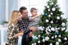 父母家庭在家见面新年 图库摄影