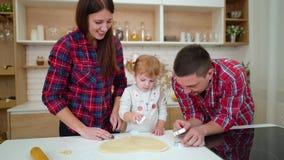 父母帮助他们的小女儿删去曲奇饼 影视素材
