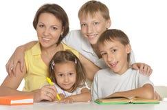 父母帮助孩子 免版税库存图片