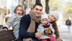 父母秋天画象有孩子的 免版税库存图片