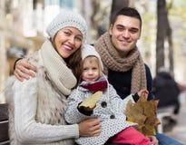 父母秋天画象有孩子的 免版税库存照片