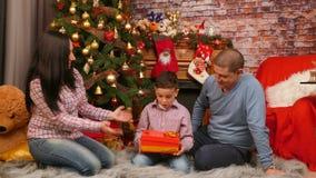父母给他们的儿子一件礼物 股票录像