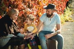 父母身分和养育 r 与儿子的冒险 为长的旅途准备 父母手提箱和儿子 图库摄影