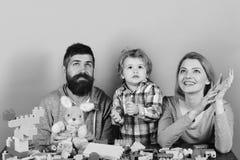 父母身分和比赛概念 父母和孩子一起花费时间 与好奇面孔的家庭 免版税图库摄影