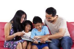 父母读了孩子的一本故事书 免版税库存照片