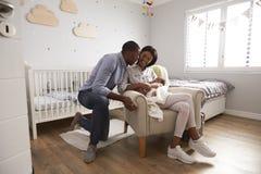 父母从有新出生的婴孩的医院回家在托儿所 库存照片