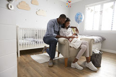 父母从有新出生的婴孩的医院回家在托儿所 库存图片