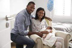 父母画象从有新出生的婴孩的医院回家 免版税库存图片