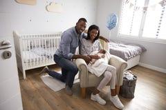 父母画象从有新出生的婴孩的医院回家 免版税库存照片