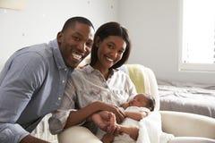 父母画象从有新出生的婴孩的医院回家 免版税图库摄影