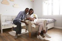 父母画象从有新出生的婴孩的医院回家 库存图片