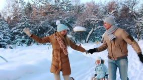 年轻父母sledding他的孩子 影视素材