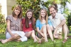 父项儿童系列健康开会在庭院里 免版税库存图片