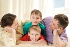 父项和他们的儿童谎言 免版税库存图片