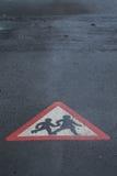 父项&儿童在路的横穿符号 免版税库存图片
