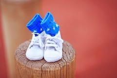 父项 预期婴孩的愉快的年轻夫妇 与I的婴孩袜子爱妈妈,并且我爱在他们写的爸爸 免版税库存照片