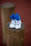 父项 预期婴孩的愉快的年轻夫妇 与I的婴孩袜子爱妈妈,并且我爱在他们写的爸爸 库存照片
