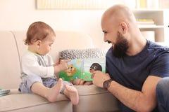 爸爸与他的小儿子的阅读书 免版税库存照片