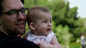 爸爸亲吻他的女儿 股票视频