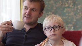 爸爸和儿子吃午餐在咖啡馆 股票录像