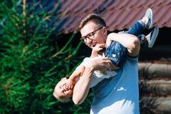 爸爸和儿子获得乐趣在庭院 免版税库存照片