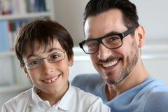 爸爸和儿子戴眼镜 免版税库存照片