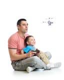 爸爸和儿童儿子使用与直升机玩具 库存图片