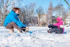 爸爸和女儿在冬天公园 免版税图库摄影