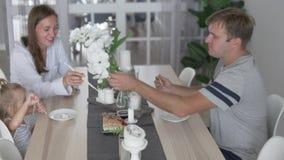 爸爸和女儿在厨房里在家吃现成的寿司 影视素材