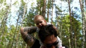 爸爸和女儿在森林走 股票视频