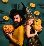 爸爸和女儿服装的 万圣夜党和假日概念 图库摄影
