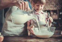 爸爸和女儿烹调 免版税库存照片