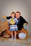 爸爸和女儿种族衣裳的 免版税库存图片