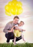 爸爸和女儿草的 图库摄影