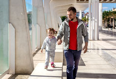爸爸和女儿走 图库摄影