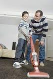 爸爸和孩子清洁 免版税库存照片