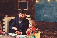 爸爸和孩子绘画自然 父亲和儿子艺术疗法教训的 免版税库存照片