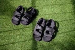 爸爸和孩子鞋子 免版税库存图片