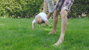 爸爸和婴孩获得乐趣在春天公园 影视素材