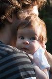 爸爸在公园拿着他的胳膊的一个女儿步行的 春日,家庭步行本质上,晴朗 概念  免版税库存照片