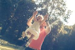 爸爸女儿使用 图库摄影