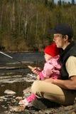 爸爸女儿捕鱼 免版税图库摄影