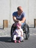 爸爸女儿轮椅 免版税库存照片