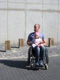 爸爸女儿轮椅 库存照片