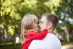 爸爸引导的女儿鼻子 免版税图库摄影
