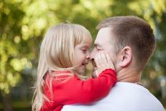 爸爸引导的女儿鼻子 免版税库存照片
