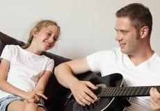 爸爸弹吉他 图库摄影